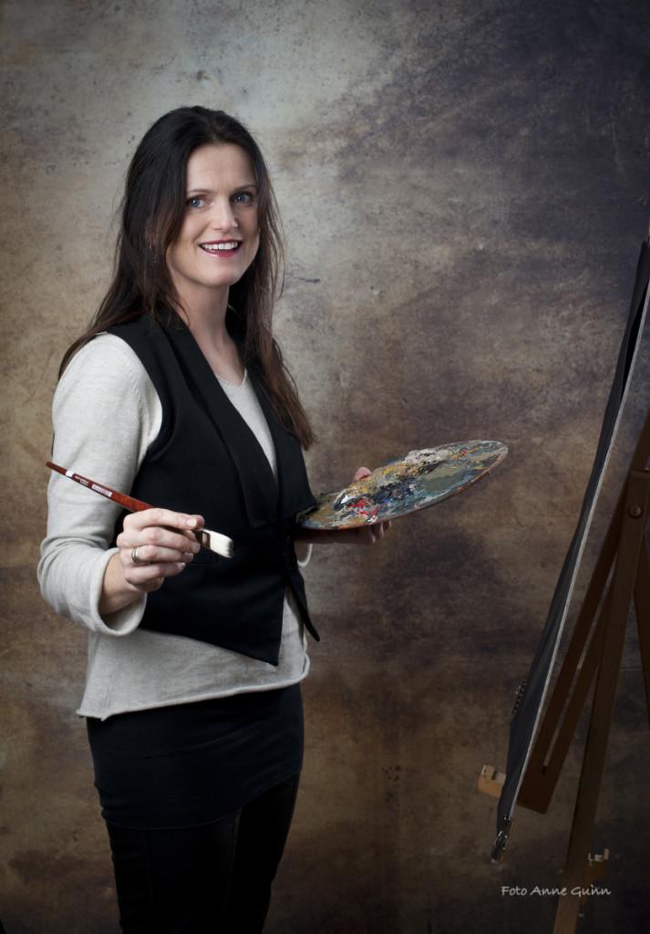 Marit Schaldemose med en av sine favorittaktiviteter: Ved staffeliet, med pensel og palett.